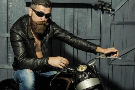 Motorista con barba