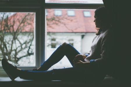 chica depresiva en la ventana