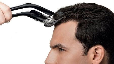 hombre cortandose el pelo con maquina cortapelos