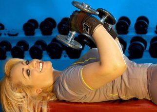 mujer en gimnasio entrenando