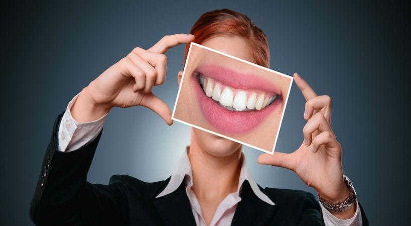 mujer sonrisa dental