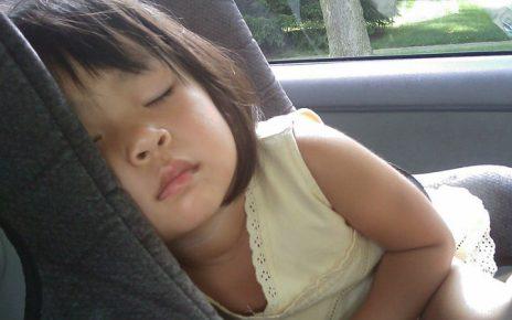 niño durmiendo silla de bebe en coche
