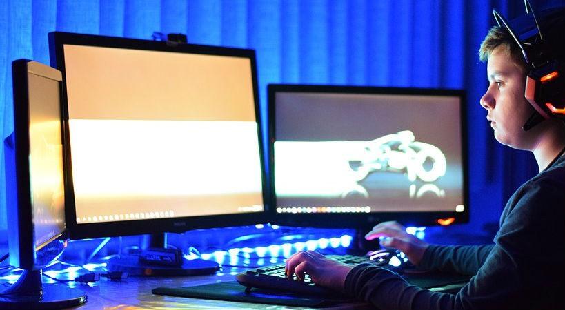 niño jugando en ordenador gamer